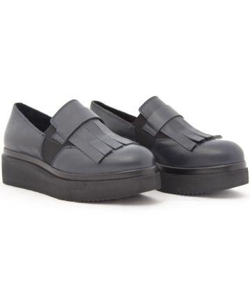Scarpa blu in pelle BADIA. Il fondo è in gomma 4 cm.La scarpa è caratterizzata dalla frangia all'inglese che unisce al comfort, uno stile inconfondibile . www.chicstellacaggiano.com
