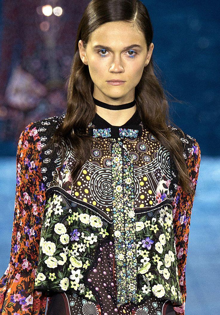 Mary Katrantzou Spring 2016 Source www.vogue.com #fashion #catwalk #collar