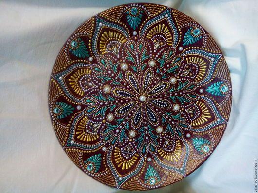 Декоративная тарелка Сказочные фантазии. Выполнена в технике точечная роспись. Керамика, акриловые краски, полужемчужины, стразы.
