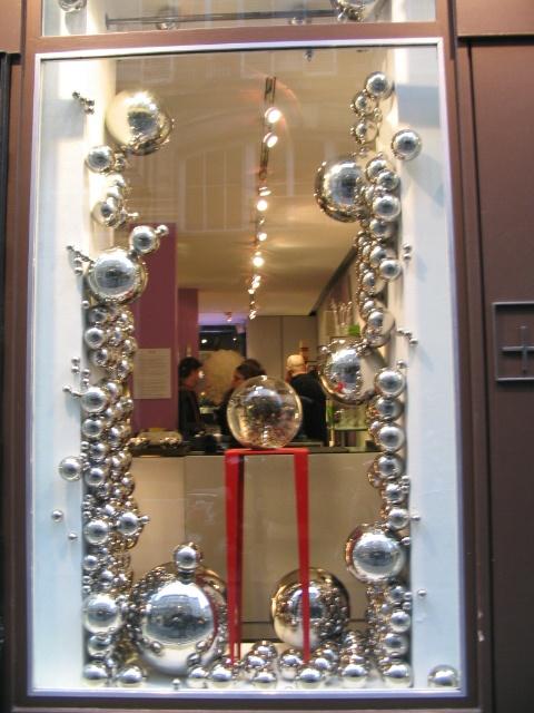 Nunca me acordé de qué era la tienda pero que buen efecto el de esas bolas metálicas