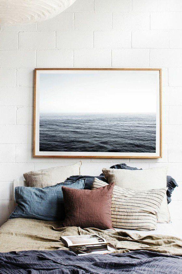 peinture murale image de mer, coussins de lit colorés, couverture de lit bleu