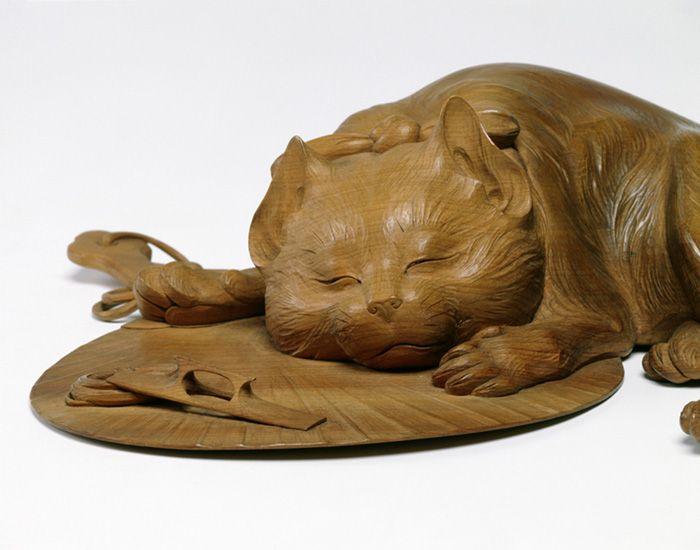 團扇に眠る猫 (高村光雲作) 開創1200年を迎えた高野山で、金剛峯寺金堂の本尊が、昭和9年におさめられて以来、初めて開帳された。作者は、幕末から昭和にかけて、日本の近代彫刻を切りひらいた彫刻家・高村光雲。金堂の本尊は、70歳を過ぎ、なみなみならぬ思いで彫り上げたこん身の作。職人であることに誇りを持ちながら、新たな時代の彫刻を探求し続けた、その生涯に迫る。 高村光雲は、11歳で仏師のもとに弟子入りし、ひとりの職人としてその道を歩み始めた。 明治維新の後、廃仏毀釈(はいぶつきしゃく)などの影響で、木彫の世界が厳しい状況に追い込まれる中、決して信念を曲げず修行を重ねた。西洋の彫刻を学んだ息子の光太郎は、職人としての姿勢を貫こうとする光雲を強く批判したが、光雲自身も新しい彫刻を模索し、「老猿」など、近代彫刻を代表する傑作を世に送り出した。  そんな光雲が、最晩年「現代第一流ノ人格手腕ヲ具備スル彫刻家」と目され、依頼を受けたのが高野山の秘仏だった。死を意識しながら、何を目指したのか。職人と芸術家、相反する領域をひょうひょうと行き来しながら、木彫一筋に生きた光雲の実像に迫る。
