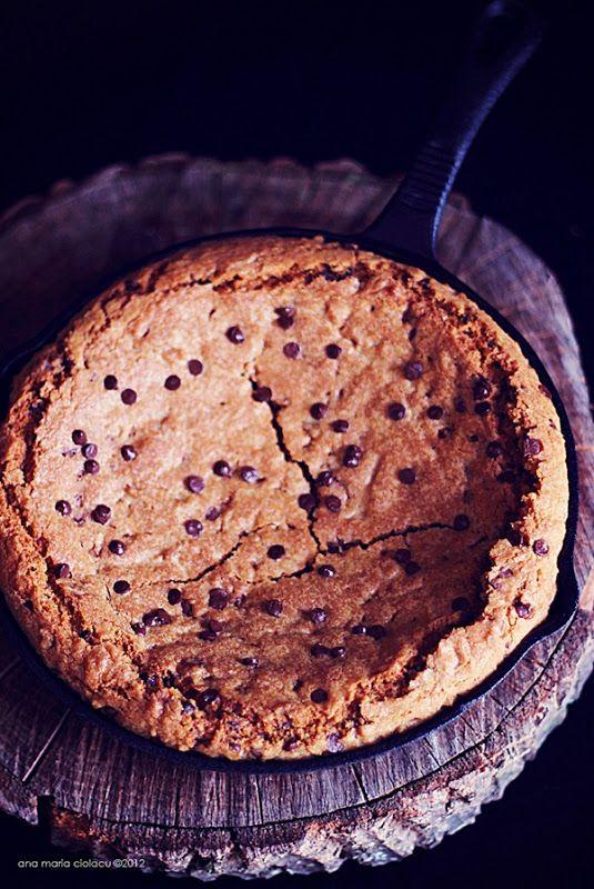 Scroll down for english version Am văzut acum ceva vreme pe site-ul Marthei Stewart acest biscuit uriaş cu bobiţe de ciocolată, copt într-o tigaie de fontă, şi mi-am promis că îl voi încerca. Stau cu gândul la el de o bucată bună, ţinând cont de faptul că trebuie să fii curajos să deschizi cuptorul cu 38°C afară. Iar cum eu sunt curajoasă din fire, vă spun doar atât: a meritat ! :) Nu am mai mâncat de mult un biscuit cu atâta poftă… De fapt nu am mai rezistat mirosului îmbătător şi am mâncat…