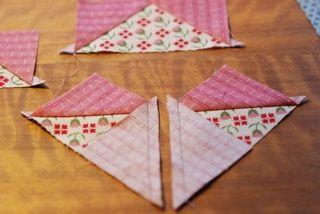 Eenvoudige manier om flying geese te maken. Snij 4 driehoeken uit 1 vierkant en naai ze aan elkaar als voorbeeld
