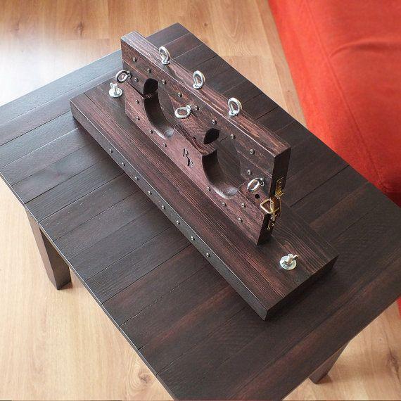 Mobiliario BDSM – tobillo puños sobre la mesa. Brazaletes de tobillo es 20,5(52 cm) de largo, 8,3 (21 cm) de alto y 5,9(15 cm) de ancho. El diámetro de los orificios 3.94(10 cm) x 2.76(7cm). La tabla es 28,3(72 cm) de largo, 23.6 (60 cm) de alto y 19.7(50 cm) de ancho. BDSM tobillo puños y tabla de madera laminada natural. Los puños de tobillo se eliminan. Madera tratada con mancha y barnizado mate. Decor - tornillos metálicos. Tobillo puños y mesa de centro pueden utilizarse por separado…