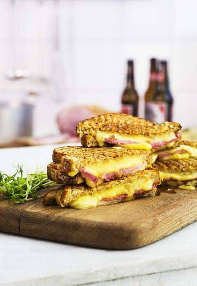 Kombinera en mild ost och en starkare variant för en extra god macka. Vi har valt gouda och kryddost men det går även bra med andra kombinationer. Tillagningstid: 15 minuter