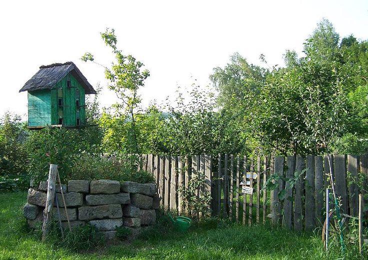 Einfacher Holzzaun am ländlichen Garten - Countrygarten