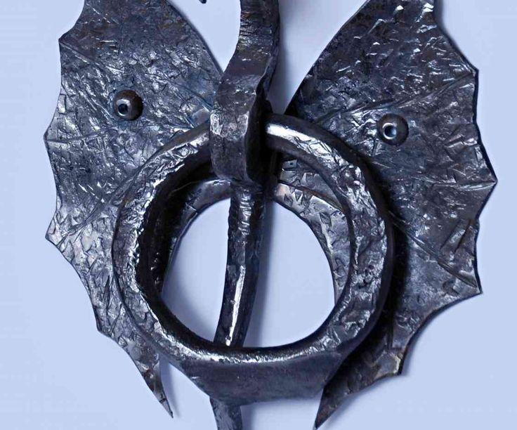 Кованая ручка для двери с головой дракона изготовлена ручным способом с помощью кузнечных приспособлений из стали 20 (черный метал). С металла снята окалина и изделие вскрыто воском, возможна покраска под заказ. Размеры 360мм*260мм. Стоимость  одного изделия 67 долларов. При заказе партии от  50 шт., цена составит 48 долларов за штуку.  Возможна доставка по Украине Новой почтой.  $67.00
