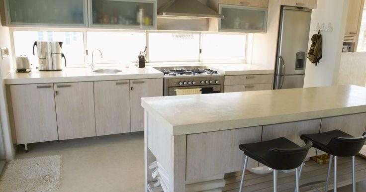 Cómo hacer un gabinete de refrigerador enmarcado. Al planear una cocina nueva o remodelada, los muebles de cocina son un foco ideal para la decoración en general. Si tu refrigerador independiente sobresale como un pulgar dolorido en medio de los gabinetes, puedes mezclar el aparato con un armario frigorífico enmarcado. Haz un armario frigorífico enmarcado con madera contrachapada de madera ...