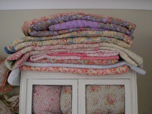 Gypsy Purple home......Vintage Quilt, Shabby Vignettes, Colors, Cottages Shabby Chic, Shabby Spaces, Country Cottages Shabby, Gypsy Purple, Pretty Quilt, Purple Home