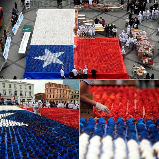 En la Plaza Sotomayor de #Valparaiso se construyó una gran bandera con #cupcakes tricolores. #Chile septiembre 2013