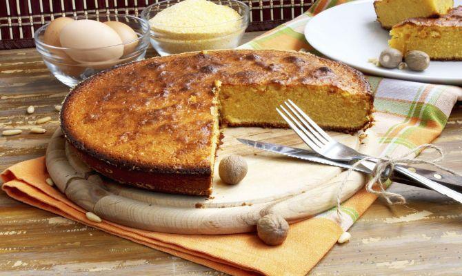 PINZA VENEZIANA o torta della Marantega è uno dei dolci più rustici ed antichi della tradizione veneziana e la sua ricetta ancora oggi si tramanda di generazione in generazione. Si distingue per la sua ricchezza di frutta secca e di profumi e può essere preparata sia con la farina gialla che con il pane raffermo.