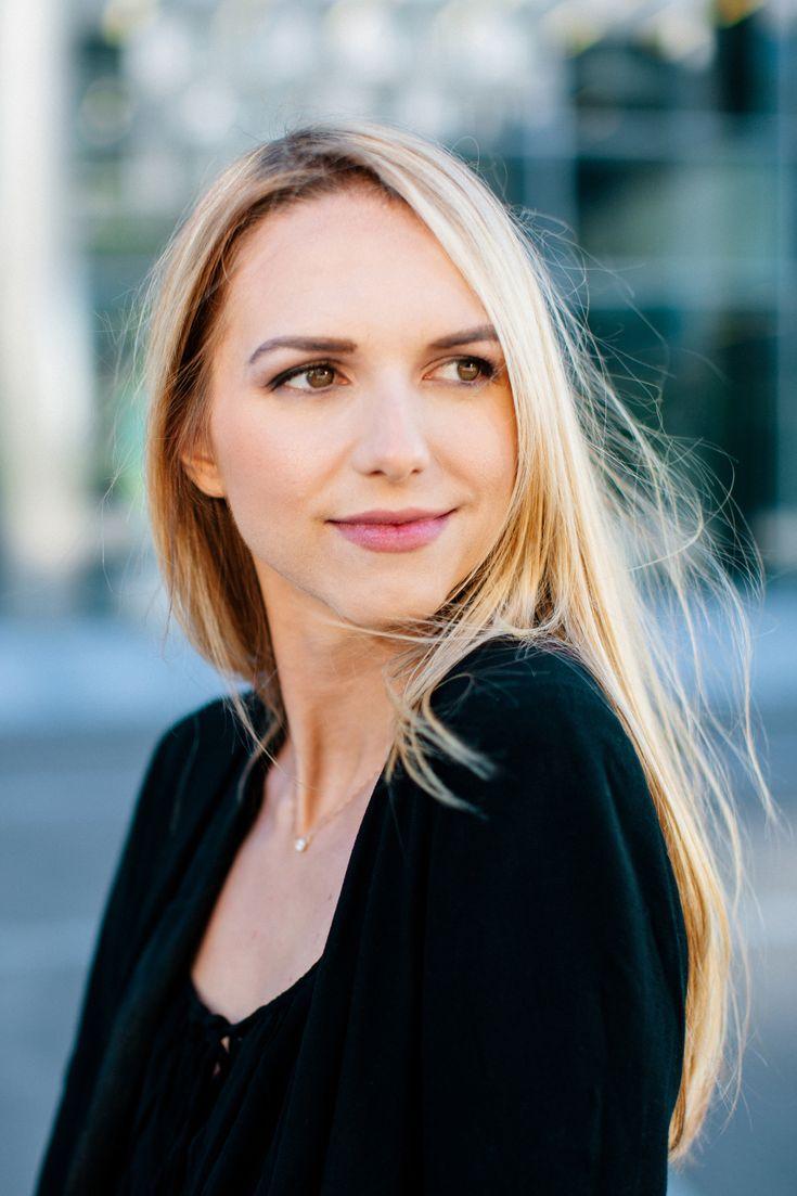 """Dies ist die Website von der Autorin Carina Posch und ihren Debütroman """"Erzähl mir was von Liebe ...""""."""