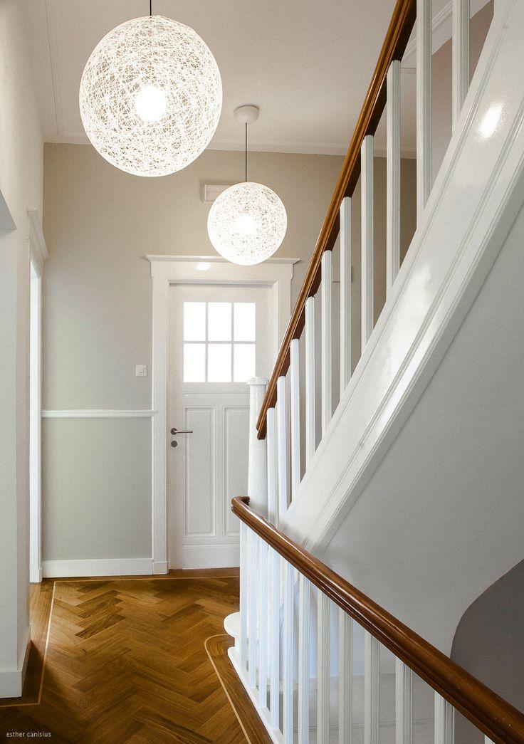 afwijkende kleur muur icm wit houtwerk, lampen en vloer