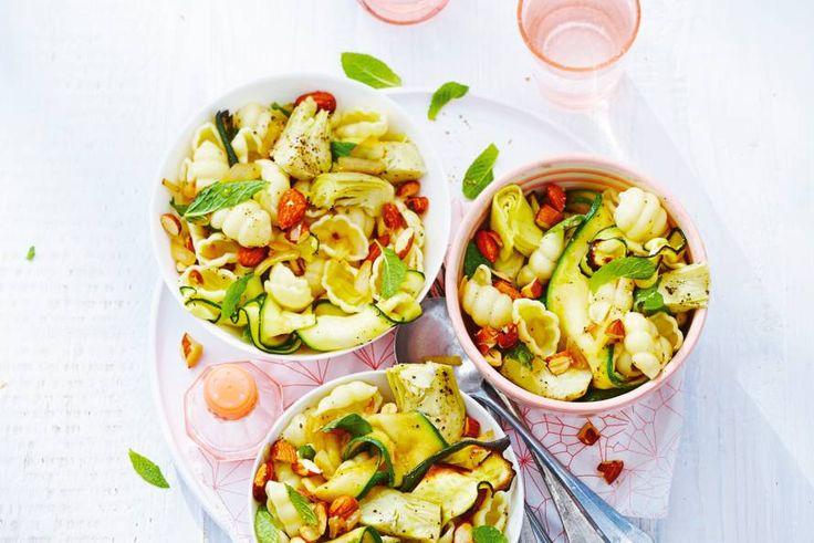 Deze rappe pasta zit vól smaak: artisjokharten, munt en citroenolie. De amandelen maken het gerecht lekker crunchy - Recept - Allerhande