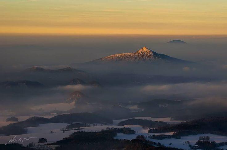 Výhled z Ještědu na Ralskou pahorkatinou s nasvíceným vrchem Ralsko (foto: Marek Kijevský