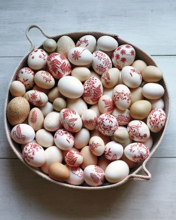 """Decorating Easter Eggs""  from Martha Stewart   Ostereier - Rot und Natur"