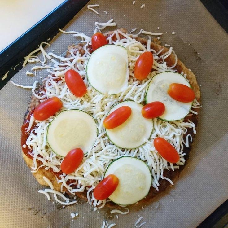 Ni som inte testat detta, doo it. För det var mig nå sjukt gott 😵😍 Egengjord #Chizza #pizza gjord på Mixad kyckling-botten ⬅️ Toppad med hemmagjord tomatsås, mozzarella ost, zucchini, tomat och färska kryddor. #diet #recept #MyRecipe #meatza pizza #lågkalori kycklingfärs #paj