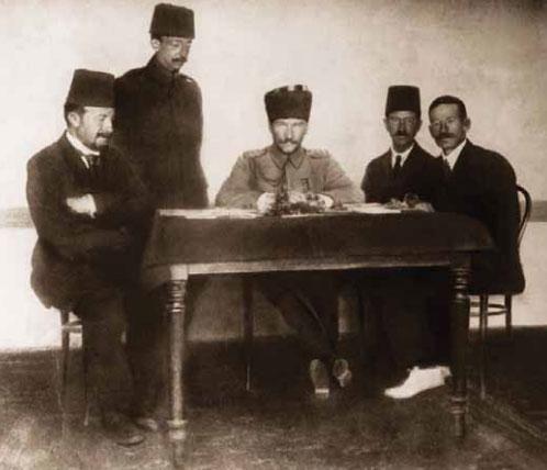 Atatürk, Erzurum Kongresi hazırlık çalışmasında.