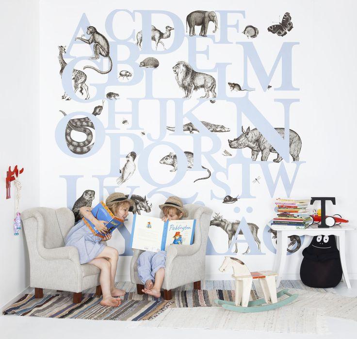 Lärde småalfabetet med barntapeten ABC You direkt på väggen och lista ut vilken bokstav alla djuren börjar på.