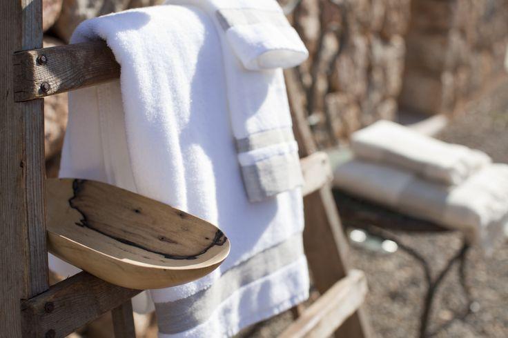 Toallas de rizo portugués acabado con franja de lino. Completa tu baño con una toalla para tocador,  lavabo y ducha. A Casa Bianca