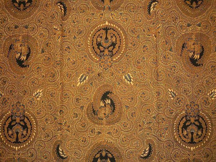 Motif RATU RATIH... Makna dari motif batik ini diibaratkan cincin emas yang bermata berlian yang dikaitkan dengan kemuliaan, keagungan dan mudah menyesuaikan dengan lingkungannya. Motif batik ini dipakai oleh semua golongan dan biasanya dipakai pada saat menghadiri jamuan...