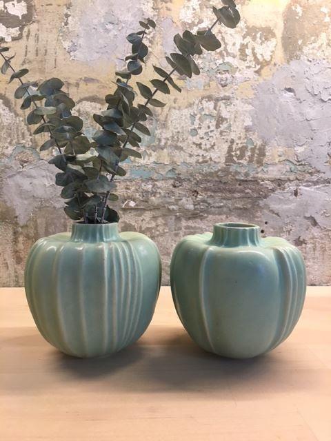 Två små gröna vaser i keramik från Paradisverkstaden