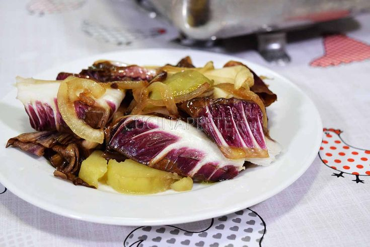 Radicchio e patate possono sembrare un abbinamento strano, ma aggiungendo la cipolla che con la sua dolcezza stempera l'amaro e lega perfettamente i sapori.