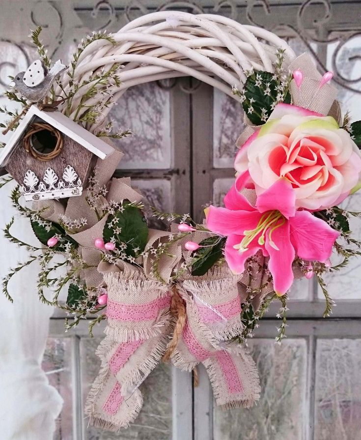 Domov+Romantický+věneček+s+dřevěnou+budkou,+šitou+začištěnou+mašlí+proti+dalšímu+otřepení,průměr+28+cm.