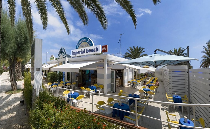 L'Hotel Imperial gestisce direttamente il proprio stabilimento balneare, l'Imperial Beach, situato a m. 150 dall'Hotel.  La spiaggia privata dell'Hotel è il luogo ideale dove passare la vostra vacanza al mare: la bianca sabbia finissima, il fondale molto basso, perfetto per il bagno dei bambini, anche quelli molto piccoli, il Bar dello stabilimento
