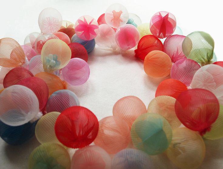 L'artiste japonaise Mariko Kusumoto fabrique des sphères translucides de tissus qui contiennent des formes géométriques, des petits personnages ou des objets. Pour donner cet aspect en trois dimensions au tissu elle utilise du polyester qu'elle chauffe à la bonne température jusqu'à ce qu'il mémorise la forme d'un moule. Ces créations sont destinées à la fois …