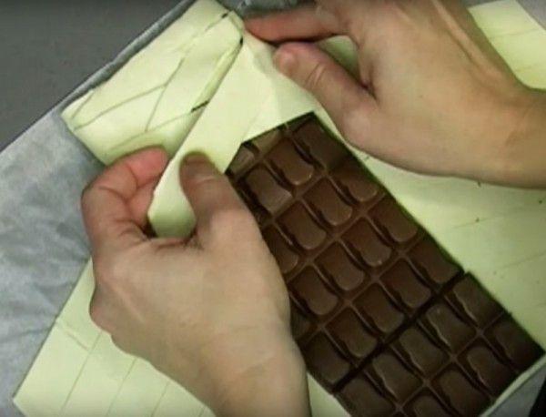 Een simpel maar heerlijk nagerecht of gebakje met een reep chocolade en bladerdeeg, eigeel en gehakte hazelnoten.