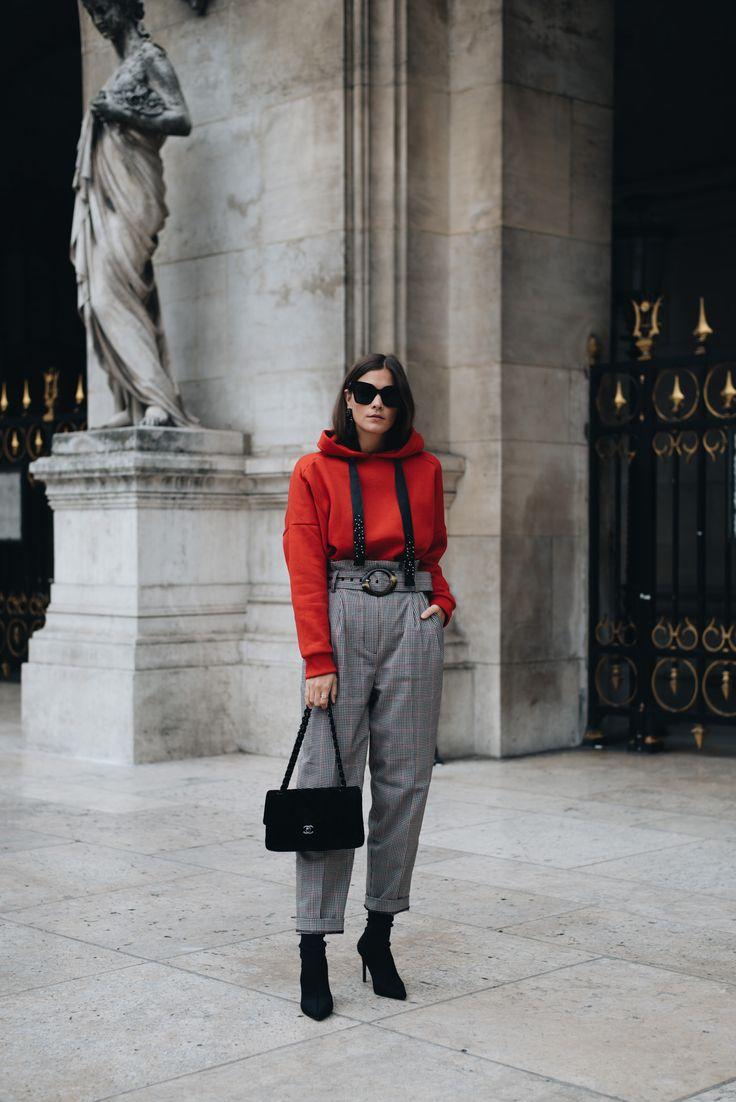 Nina Schwichtenberg setzt verschiedene Modetrends für Herbst & Winter 2017 in Szene. Sie trägt einen roten Kapuzenpullover, eine karierte High Waist Hose, Sock Boots und eine Chanel Timeless aus schwarzem Samt. Mehr auf www.fashiioncarpet.com