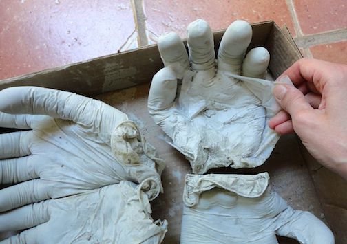 Cendrier Avec des gants jetables et du ciment