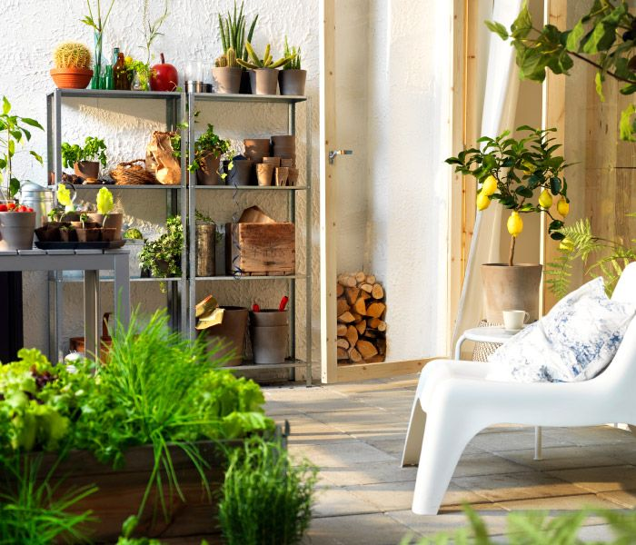 Even in the heart of a city you can create your own green oasis. With lots of plants and storage that's safe for the outdoors, you can really make your balcony or patio come alive. #inspiratie_balkon #balkon_idee #kast_op_balkon