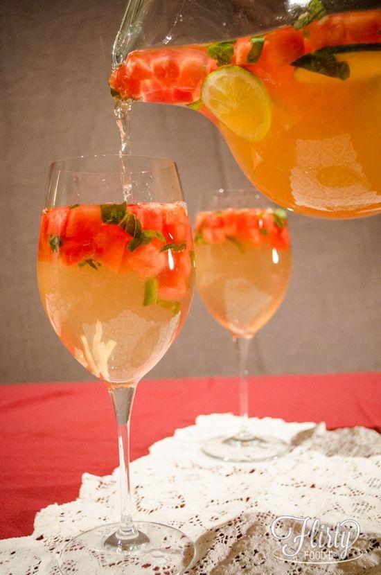 Sunset Sangria : quelques morceaux de pastèque, des feuilles de basilic, du gingembre et du citron - Vin blanc, cointreau, jus de raisin blanc- Avant de servir rajouter de la limonade