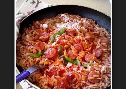 Φτιάξε και εσύ το πιο νόστιμο κριθαρότο γεμιστό με λουκάνικα, πιπεριές και διάφορα λαχανικά. Μία εύκολη συνταγή που θα λατρέψεις.