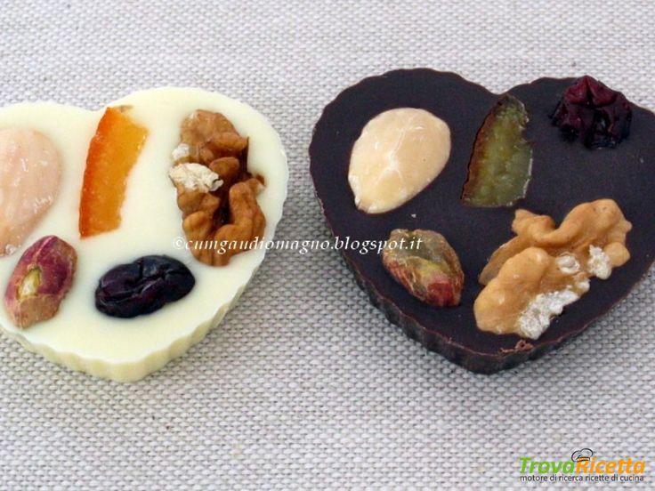 Cuori di cioccolato bianco e nero alla tripla frutta  #ricette #food #recipes