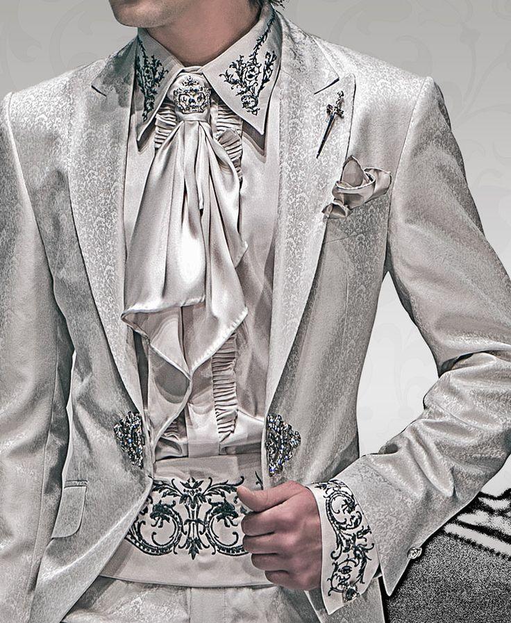 Hemd, Kummerbund, Foulard und Einstecktuch, perlgrau, aus Taft mit Stickerei.