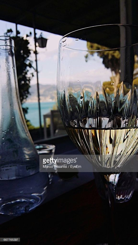 Stock-Foto : Close-Up Of Wineglass With Bottle On Table