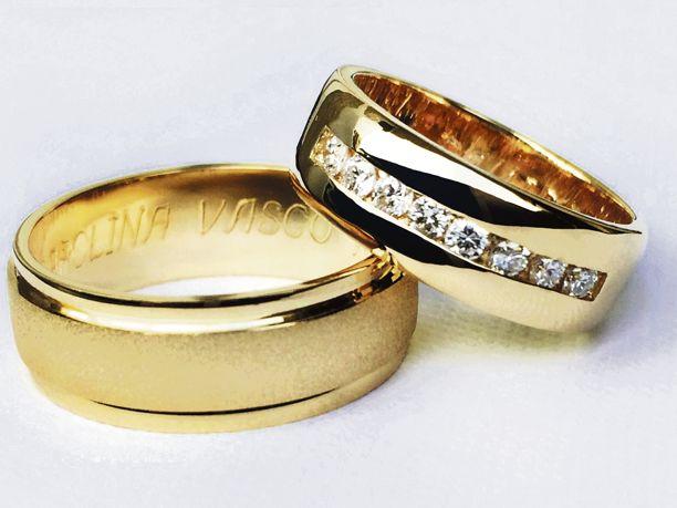 Argollas de matrimonio oro amarillo de 18 K. Engastado con diamantes de 5…