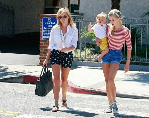 FOR USA SALES: Contact Randy Bauer (310) 910-1113 bauergriffinsales@gmail.com.FOR UK SALES: Contact Caroline 44 207 431 1598 MUST BYLINE: EROTEME.CO.UK.Reese Witherspoon takes oldest daughter Ava and youngest son tennessee to the country market in Brentwood, ca.