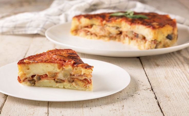 Guarda come preparare Torta di patate con melanzane e formaggio, realizzata con la passata di pomodoro fatta in casa: una ricetta sostanziosa perfetta se avete ospiti a cena.