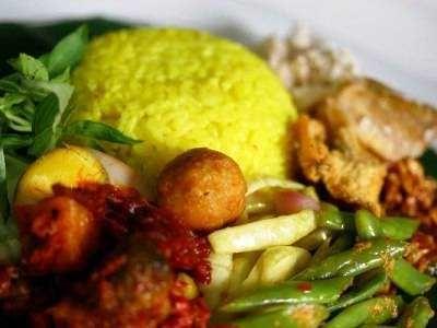 Nasi Kuning - Bagi yang ingin coba bikin cara membuat bumbu resep nasi kuning rice cooker tumpeng ncc ala manado yang lengkap komplit enak gurih, spesial dan sederhana.