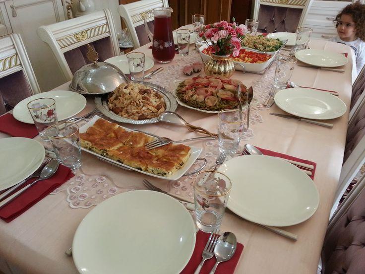 Geçen hafta buradaki arkadaş grubumuzla birlikteRabia'ya oturmaya gittik. Herzamanki gibi zevkli sofrası ve özenle hazırlanmış lezzetl...