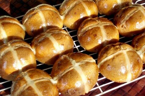 Hot Cross Buns  Ingredients½ cup (125 ml / 70 gram) currants3 tablespoons (45 ml / 42 gram) raisins (equivalent to the size of a small Sun Maid Raisin box)3 teaspoons (15 ml) Surebake Bread machine yeast  or 10 gram Instant Yeast packet (such as Anchor's in South Africa)450 gram flour (approximately 3 cups flour)3 tablespoons (45 ml) demerara or white sugar½ teaspoon (2 ml) salt1 ½ to 3 teaspoons (7 to 15 ml) mixed spice, according to taste1 teaspoon (5 ml) ground ginger1 teaspoon (5 ml) gro...