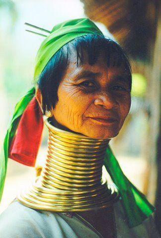 Vrouw met kapsel en lange nek uit Thailand