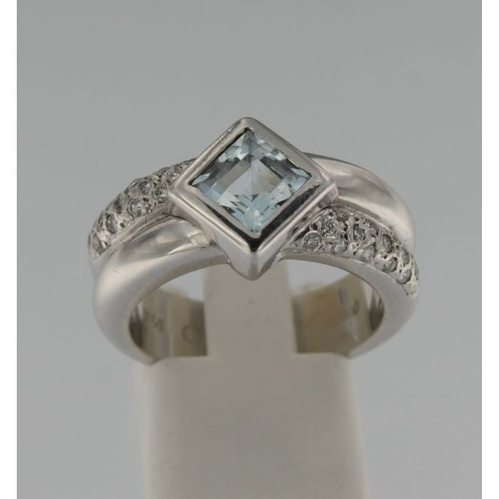 witgouden ring met blauwe topas en briljant geslepen diamanten