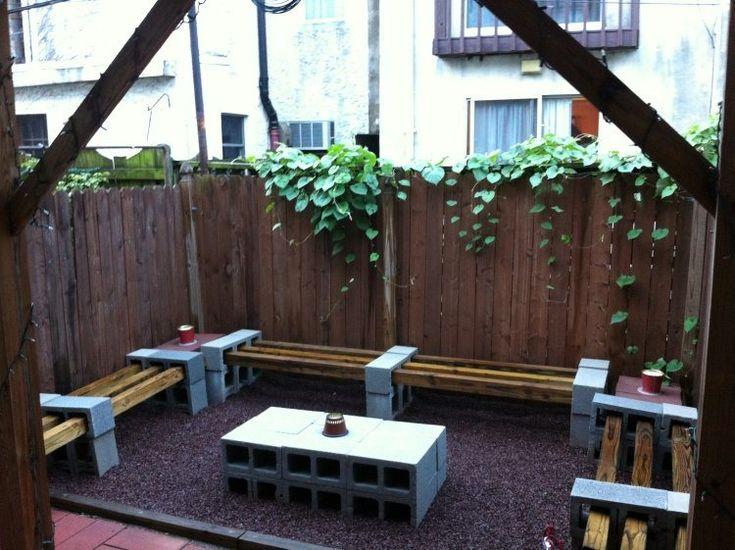 bancs en solives bois et parpaings avec une table basse DIY