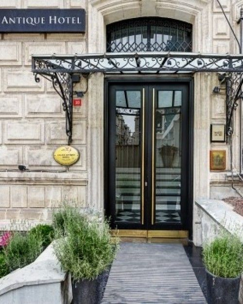 Galata Antique Hotel - With its grand Neo-Renaissance façade, was built for a prominent French antiques dealer in the late 19th century, the mansion features a charming cage elevator, beautifully restored parquet flooring and high vaulted ceilings. The lobby is distinctively modern, with a bold masculine look that pairs white wall paneling with jet black trim, black lacquer furnishings and an imposing marble bar.